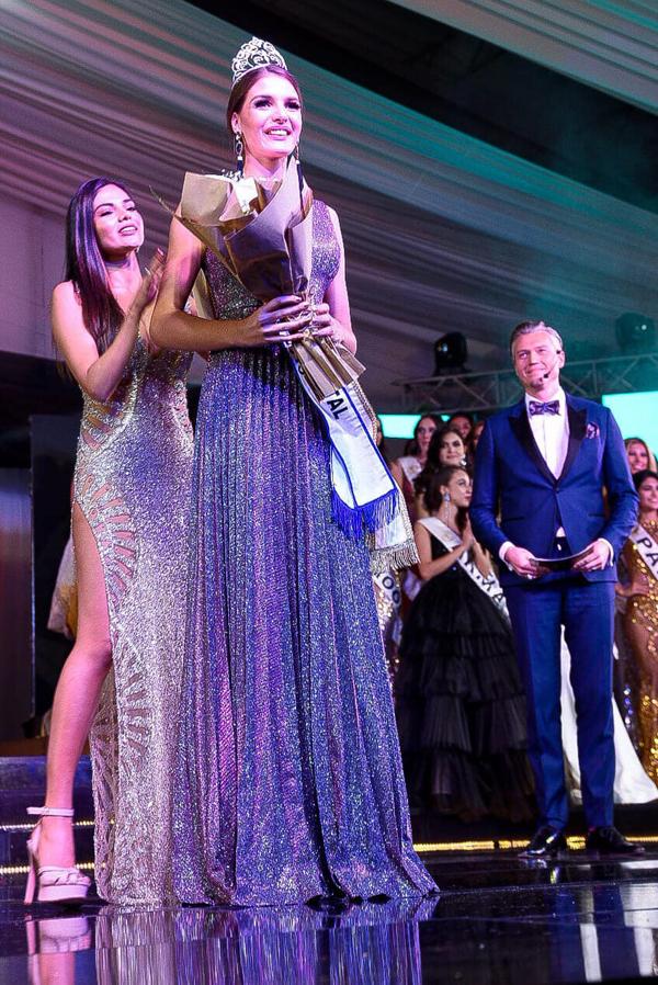 Cô nhận lại vương miện từ Hoa hậu Liên lục địa 2018 Karen Gallman.