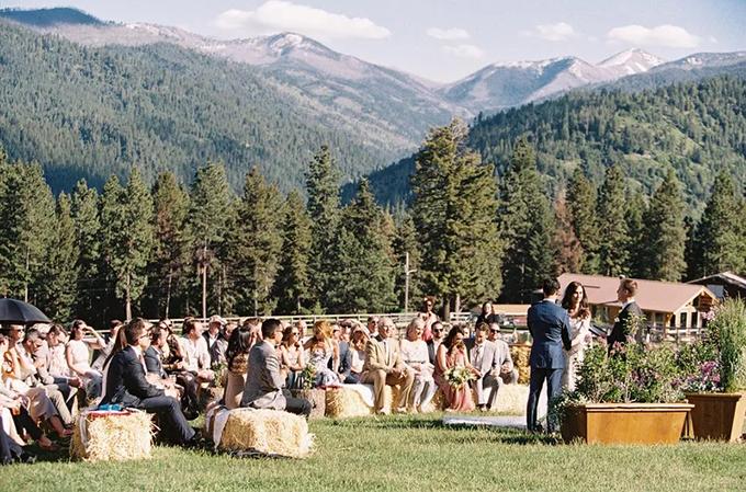 2. Ghế làm từ rơm, cỏ khôLoại ghế dành cho hôn lễ rustic. Để chiếc ghế trở nên dễ chịu với người dùng, bạn có thể phủ thêm lớp vải lanh lên trên bề mặt cỏ.