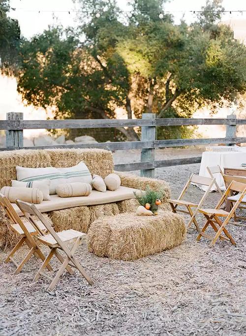 7. Ghế sofa từ rơmGhế được sáng tạotừ vật dụng bỏ đi sẽ là gợi ý cho cặp cô dâu, chú rể muốn làm đám cưới rustic, có sự gần gũi thiên nhiên và bảo vệ môi trường. Các gối tựa, nệm mềm giúp khách cảm thấy thoải mái khi ngồi trên ghế.