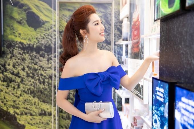 Thuý Ngân khoe vai trần - 2