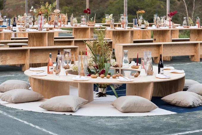 9. Gối sànGối được đặt lên mặt sàn có phủ thảm. Chọn lựa này sẽ giúp cô dâu chú rể tạo nên không gian gần gũi cho khách mời trong hôn lễ ở biển.