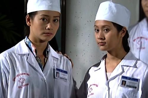 Thanh Thúy (phải) thủ vai bác sĩ thực tập Vân trong phim Blouse trắng (năm 2002). Đây là một trong những vai diễn đầu tiên của cô khi học năm nhất trường Sân khấu Điện ảnh TP HCM.