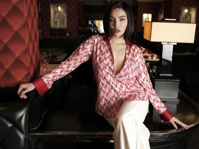Ngay từ ngày mới thành lập, những mẫu áo sơ mi dáng rộng, mang lại sự thoải mái đã trở thành điểm nhấn ấn tượng trong các thiết kế của Minh Triệu.