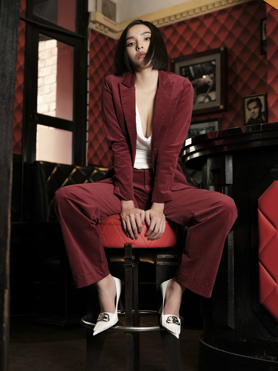 Với các thiết kế dành cho mùa lễ hội, siêu mẫu tập trung khai thác các trang phục như áo dây,đầm cocktail dự tiệc cùng đầm sơ mi,blazer...