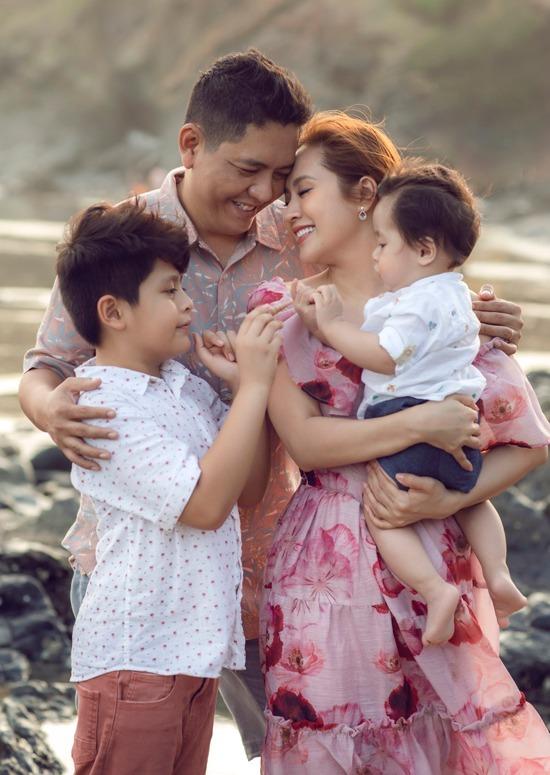 Diễn viên Thanh Thúy - Đức Thịnh đưa hai con trai đến Vũng Tàu ngắm biển, nghịch cát....