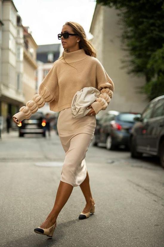 Túi da dê mềm dựng phom nếp gấp phóng khoáng có thể kết hợp cùng nhiều kiểu trang phục mang tính ứng dụng cao.