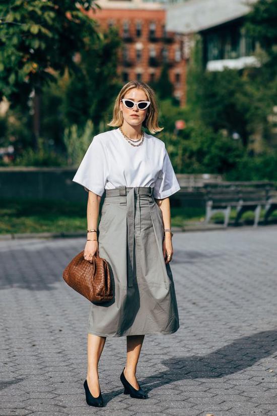 Ngoài mẫu túi da dê trắng, thương hiệu nổi tiếng còn trình làng nhiều mẫu túi da đan và các mẫu da nâu, đỏ, đen.