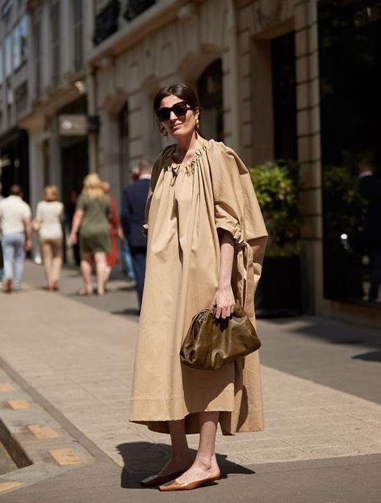 Váy suông trang trí dây rút, kiểu dáng tôn vẻ đẹp tự do và giải phóng hình thể mang lại nét đồng điệu với túi da gọn gàng, nếp gấp hoàn hảo.