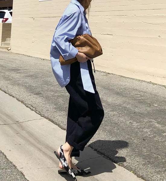 Set đồ sơ mi dáng rộng, quần âu của chị em công sở sẽ trở nên hút mắ hơn khi được mix thêm kiểu túi hot nhất mùa thời trang 2019.
