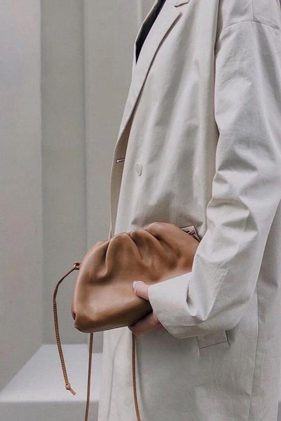 Bên cạnh phom túi cỡ trung, Boyyega Venetta còn giới thiệu thêm các kiểu túi midi trang trí dây đeo chéo đễ giúp phái đẹp có thêm nhiều sự lựa chọn để mix đồ hợp mốt.