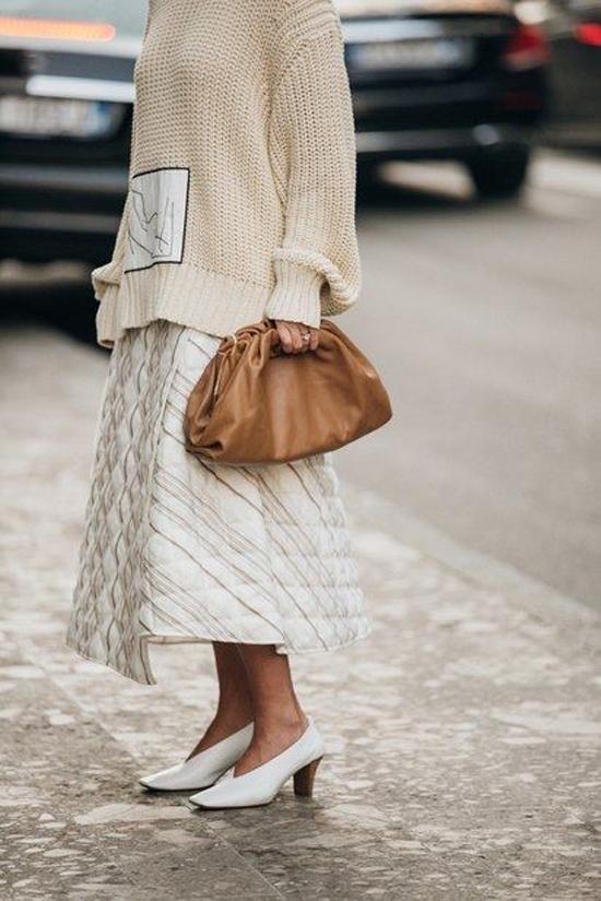 Một điều khá thú vị là túi The Pouh rất dễ mix đồ cho các nàng công sở thêm phần sang chảnh khi dạo phố, hoặc đi làm.
