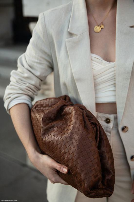 Cltuch da đan tông nâu trầm ấm dễ tạo nên nét hoà hợp với các set đồ tông màu trung tính.