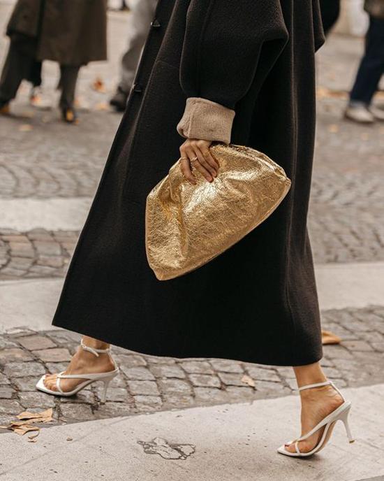 Dù diện vest, suit, jeans đơn giản hay khoác lên mình những kiểu đầm điệu đà thì clutch mới của Bottega Ventta vẫn giúp các nàng có set đồ hoàn hảo.
