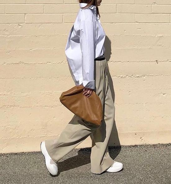 Lấy cảm hứng từ mẫu túi cổ điển, nhà mốt nổi tiếng đã hớp hồn các tín đồ thời trang khắp thế giới với các kiểu túi xách, clutch kiểu dáng độc đáo.