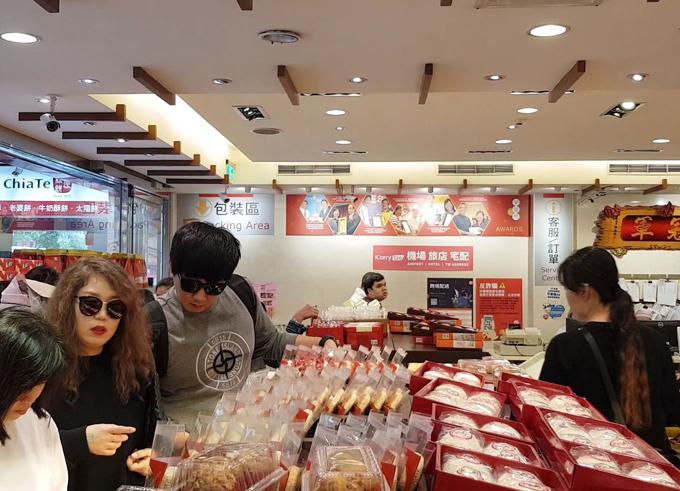 Có hàng chục loại bánh khác nhau được bánở tiệm Chiate. Rất đông du khách Việt tới đây xếp hàng mua bánh mỗi ngày. Bạn có thể đi tàu điện ngầm với line màu xanh lá cây, xuống ga Nanjing Sanmin, sau đó đi khoảng 200m là tới.