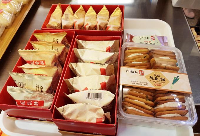 Nếu mua số lượng nhiều, bạn có thể đánh dấu vào tờ giấy đặt hàng của tiệm, sau đó đưa cho nhân viên. Bánh sẽ được giao ở quầy thu ngân. Ngoài mua trực tiếp, bạn cũng có thể đặt qua ứng dụng để nhận bánh tại sân bay Taoyuan hoặc Songshan.