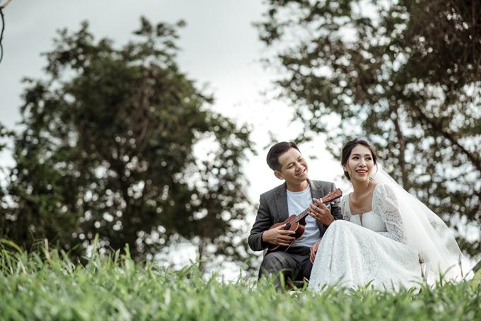 Cặp nhân vật chính của bộ ảnh là cô dâu Khánh Ly (25 tuổi, y tế) và chú rể Minh Hoàn (29 tuổi, xây dựng) đang sống, làm việc ở Quảng Bình.