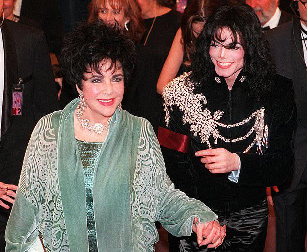 Michael mặc chiếc áo trong tiệc sinh nhật 65 tuổi của minh tinh Elizabeth Taylor năm 1997.