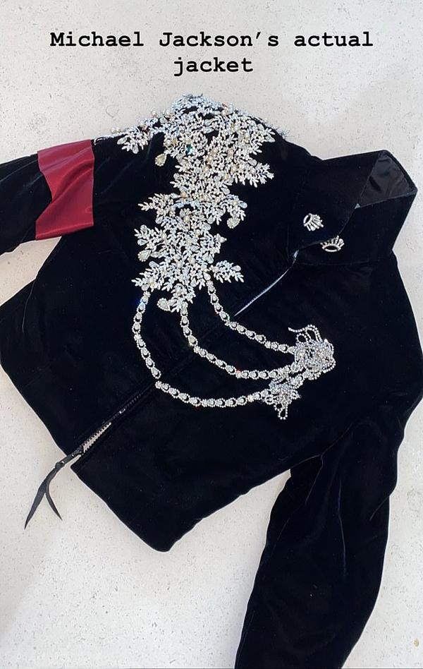 Chiếc áo mang đậm dấu ấn của Michael Jackson được vợ chồng Kim mua lại và tặng cho con gái cả North West.