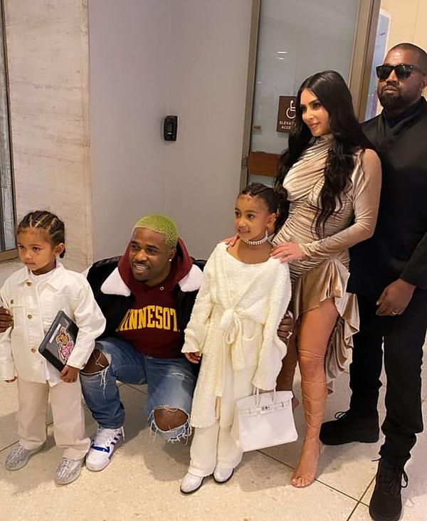 North (đứng giữa) mặc sành điệu tới buổi ra mắt dòng thời trang mới của mẹ Kim.