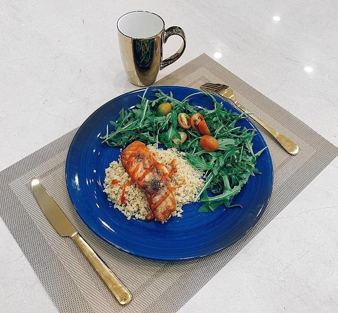 Quinoa được Lan Khuê ăn kèm cá hồi áp chảo bơ tỏi, rau agurula.