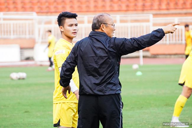 Thầy Park dặn dò kỹ Quang Hải trước khi trả lời phỏng vấn