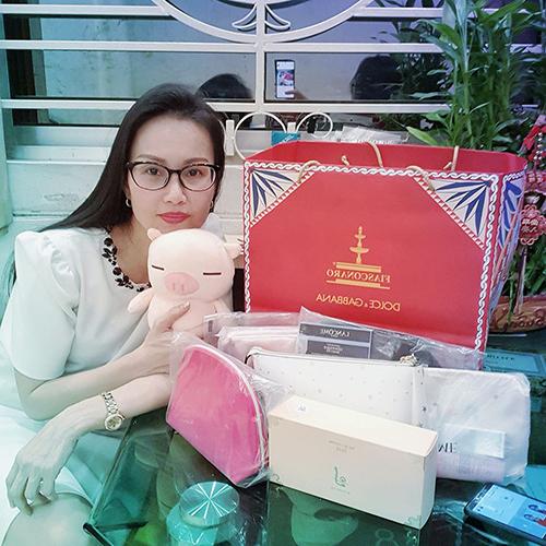 Ca sĩ Cẩm Ly khoe quà được tặng sau khi đến nhà một người bạn dự tiệc gia đình ấm cúng.