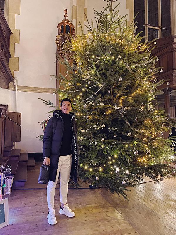 Văn Hậu chụp ảnh cùng cây thông Noel dịp Giáng sinh. Ảnh: ĐVH.