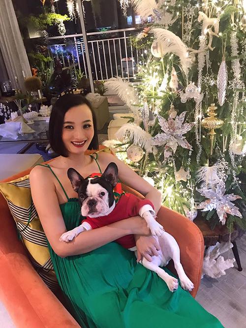 Lê Thúy pose hình cùng chó cưng tại nhà riêng của mình.