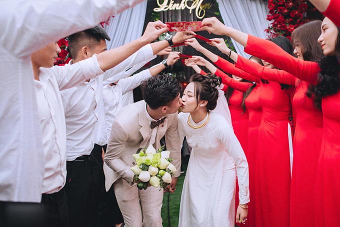 Ngày 21/12, tiền vệ Phan Văn Đức và cô dâu Võ Nhật Linh đã cử hành đám hỏi tại tư gia cô dâu ởNghệ An. Hôm nay, những tấm hình đẹp trong đám hỏi mới được cô dâu Nhật Linh tiết lộ trên trang facebook cá nhân. Cặp vợ chồng 9X trao nhau nụ hôn ngọt ngào khi làm lễ.