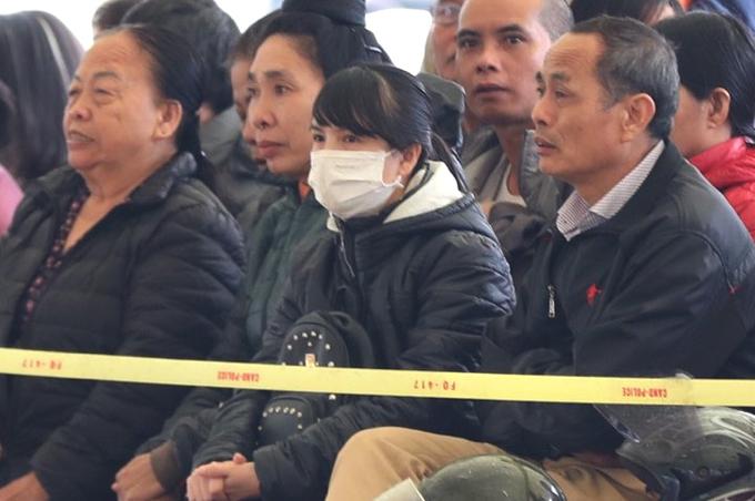Cao Thảo Loan, chị gái nạn nhân Cao Mỹ Duyên, có mặt từ sớm cùng bố. Tuy nhiên, ông Cao Văn Hường và con gái ngồi cách xa nhau.