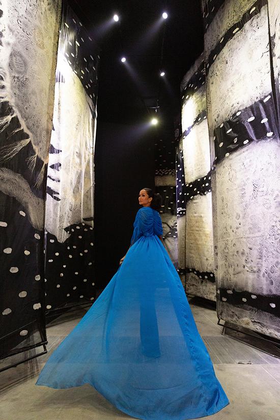 Bên cạnh việc chiêm ngưỡng 10 bộ sưu tập được bố trí trong 10 căn phòng, HHen Niê còn tạo dáng để lưu lại những hình ánh ấn tượng tại sự kiện.