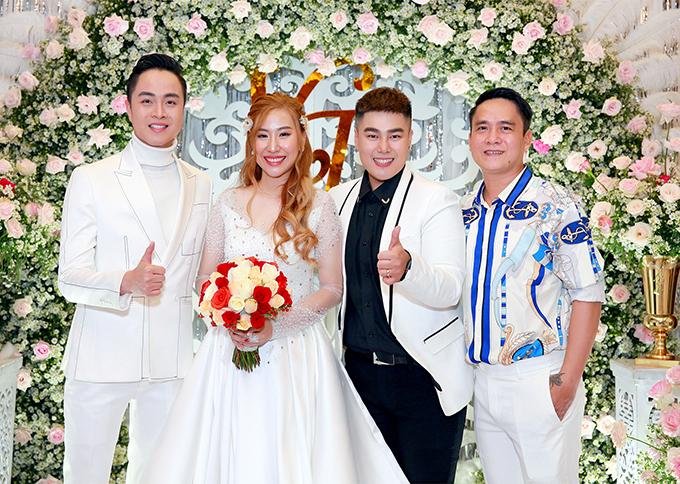 Cặp vợ chồng 9X đã dành ra gần 1 năm chuẩn bị cho hôn lễ, bắt đầu từ tháng 2-3 năm nay. Cô dâu, chú rể chọn lựa phong cách tiệc cưới sang trọng với hoa hồng là chủ đạo.