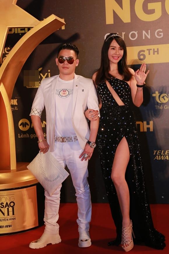 Helen Thanh Đào khoác tay một doanh nhân Đài Loan.