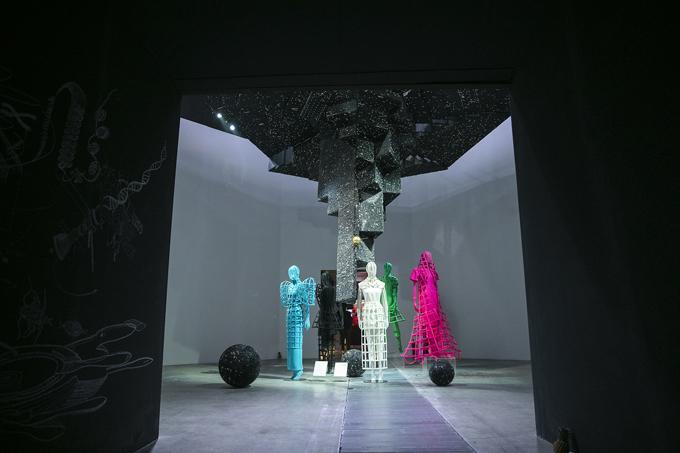 Trang phục của Công Trí như những tác phẩm và khiến người xem không khỏi trầm trồ bởi kỹ thuật tạo khối, xử lý sắc màu và họa tiết.