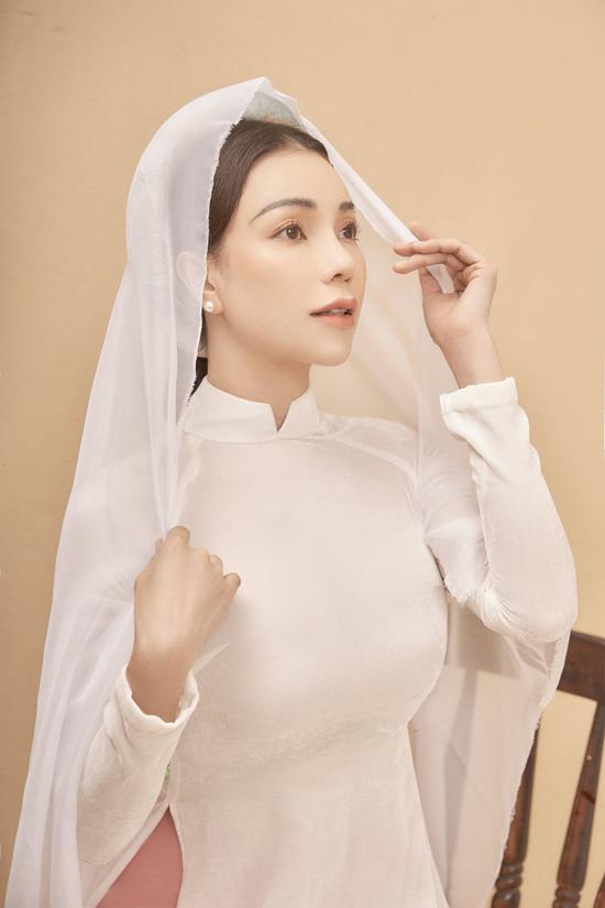 Theo Trà Ngọc Hằng dù là một tín đồ thời trang sành điệu theo kiểu hiện đại hay cổ điển nhất, vào những dịp Tết thì ai cũng cầnmột chiếc áo dài.