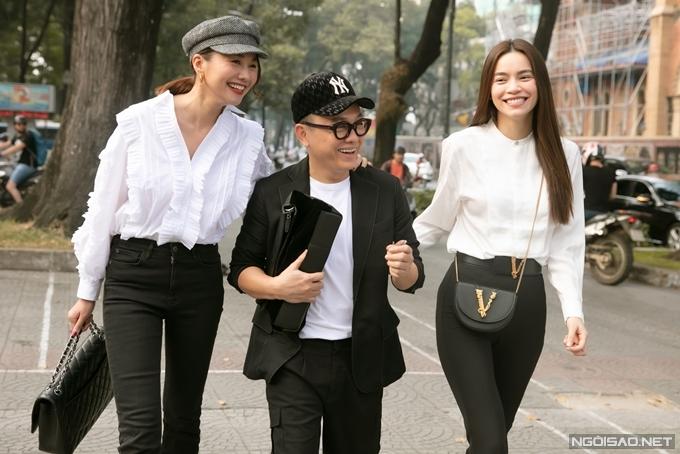 Chiều 30/12, bộ ba thân thiết siêu mẫu - diễn viên Thanh Hằng, NTK Công Trí và ca sĩ Hồ Ngọc Hà (từ trái qua) vui vẻ hộingộ khi cùng dự buổi gặp mặt hội đồng chuyên môn - BGK của giải thưởng Ngôi sao của năm 2019 tại TP HCM.