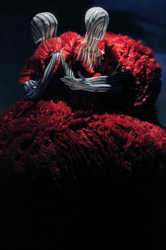 Đối với giới mộ điệu thời trang trong nước thì đây là cơ hội hiếm hoi được ngắm lại những tác phẩm tạo nên tên tuổi của Công Trí trong suốt 20 năm theo đuổi sự nghiệp.
