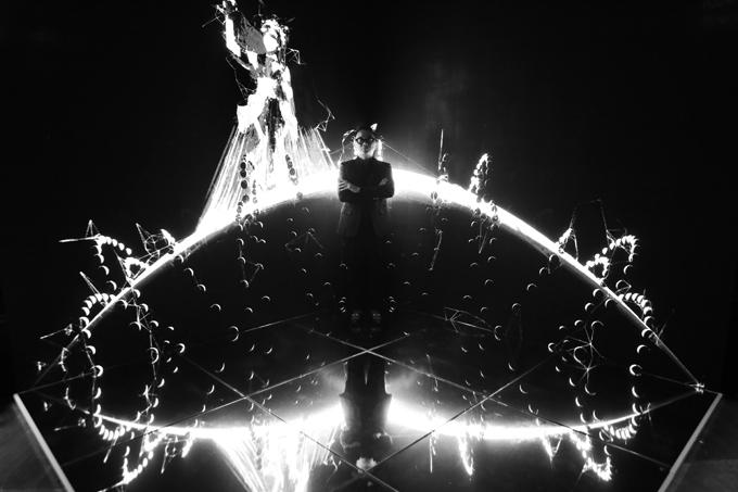 Tái hiện lược sử thời giantrong hành trình sáng tạo nghệ thuật của Nguyễn Công Trí, triển lãmđược tạo nên từ một lối đi vòng cung độc tuyến, đưa người xem vào những  miền kí ức thâm sâu nhất của nhà thiết kế với thời trang.