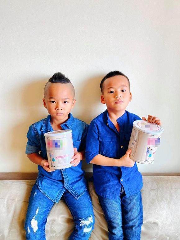 Hai con trai của Đỗ Mạnh Cường làm người mẫu quảng cáo sữa cho bố.