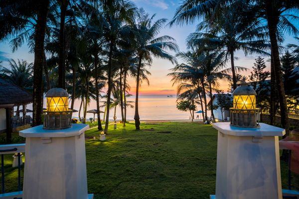 Sự thơ mộng và bình yên của hoàng hôn tại L'azure Resort and Spa.