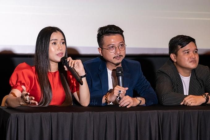 Vợ chồng Lâm Vỹ Dạ - Hứa Minh Đạt (từ trái qua) hiện là cặp đôi diễn viên hài được đông đảo khán giả phía Nam yêu mến. Tham gia nhiều dự án phim và gameshow, song đây là lần đầu tiên họ ra mắtmột dự án riêng mang tên Người vẽ ước mơ. kết hợp đạo diễn Võ Thanh Hoà (phải) thực hiện.