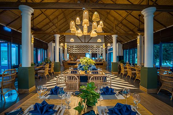 Le Bateau mang thiết kế của một con tàu - là nhà hàng chính của LAzure