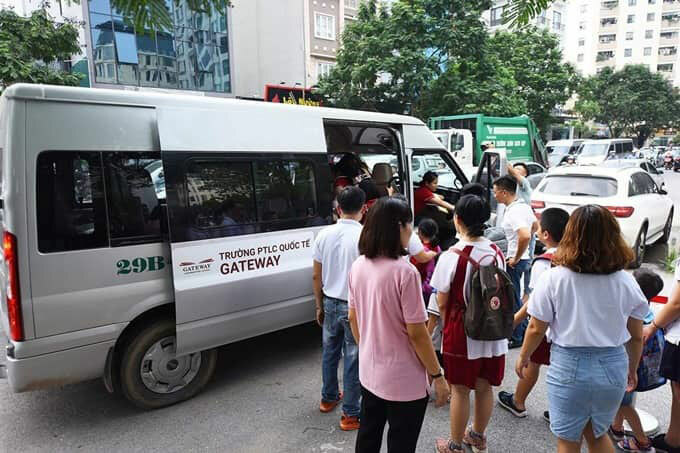 Xe đưa đón học sinh của trường liên cấp Gateway. Ảnh: Hà Phương.
