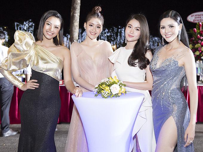 Á hậu Đại dương 2017 Đặng Thanh Ngân mặc váy dạ hội xuyên thấu chụp ảnh cùng dàn người đẹp.