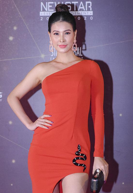 Á hậu Phụ nữ Việt Nam qua ảnh 2005 Thanh Hoài nổi bật trong bộ cánh đỏ bó sát cơ thể.