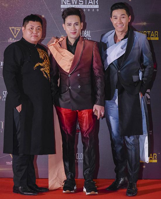 Từ trái qua: chuyên gia trang điểm Cường Trần và người mẫu Nam Phong (ngoài cùng bên phải) góp mặt trong số 100 nghệ sĩ dự sự kiện mừng năm mới.
