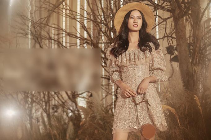 Ngoài gam trắng, váy còn có phiên bản màu vàng cam mô phỏng các sắc thái của ánh nắng từ lúc bình minh tới khi ráng chiều.