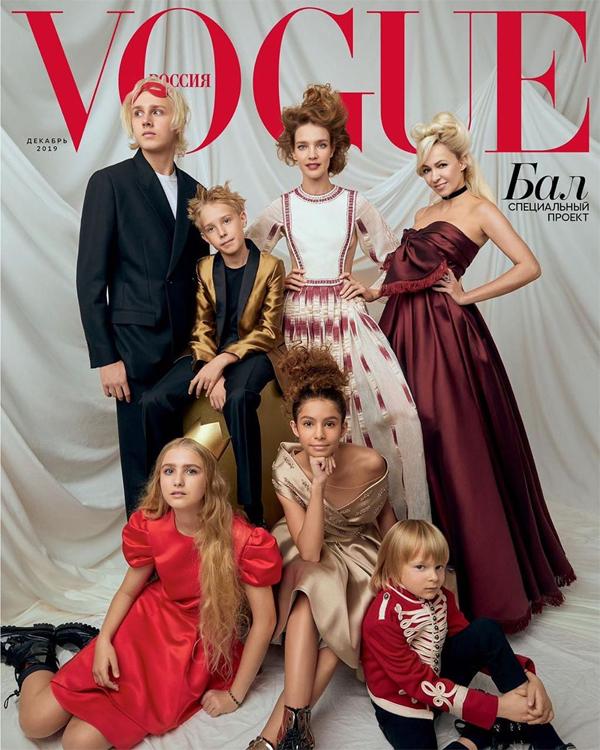 Siêu mẫu Natalia Vodianova (đứng giữa) gần đây chụp hình cho tạp chí Vogue của Nga tháng 12 cùng ba người con lớn (đứng bên trái). Con trai cả của cô, Lucas Portman, 18 tuổi, gây chú ý vì ngoại hình cao ráo, điển trai. Không ít người ngỡ ngàng vì Lucas lớn nhanh như vậy trong khi Natalia vẫn trẻ quên tuổi.
