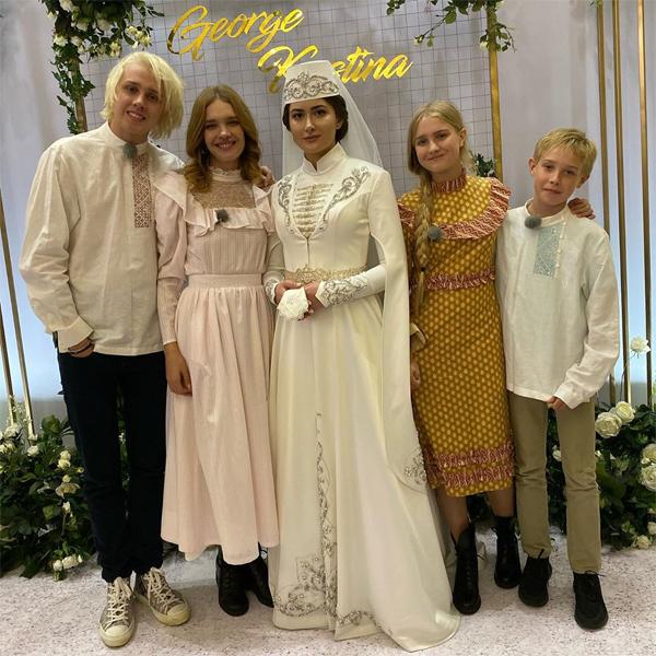Siêu mẫu sinh năm 1982 cùng ba người con lớn đi dự đám cưới người họ hàng.